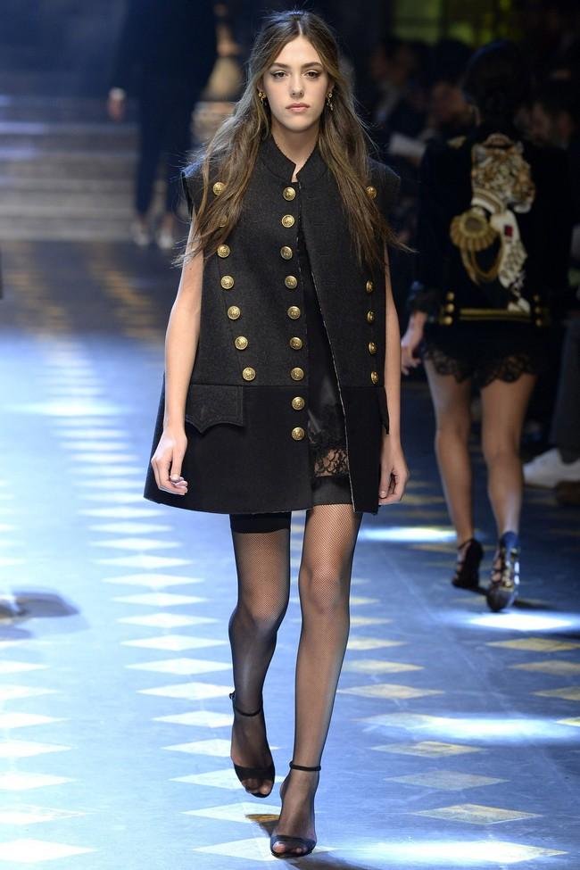 Choáng ngợp với show diễn toàn cậu ấm cô chiêu danh gia vọng tộc của Dolce&Gabbana - Ảnh 3.