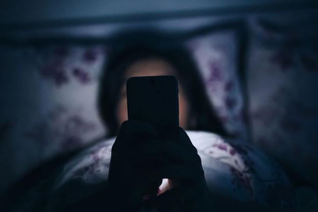 Tác hại khủng khiếp này có thể khiến bạn suy nghĩ lại về việc dùng smartphone - Ảnh 1.