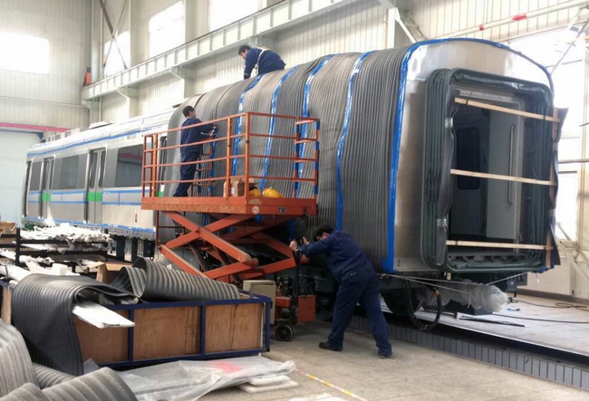Cận cảnh đoàn tàu đường sắt Cát Linh - Hà Đông đang đóng gói, chuẩn bị vận chuyển về nước - Ảnh 2.