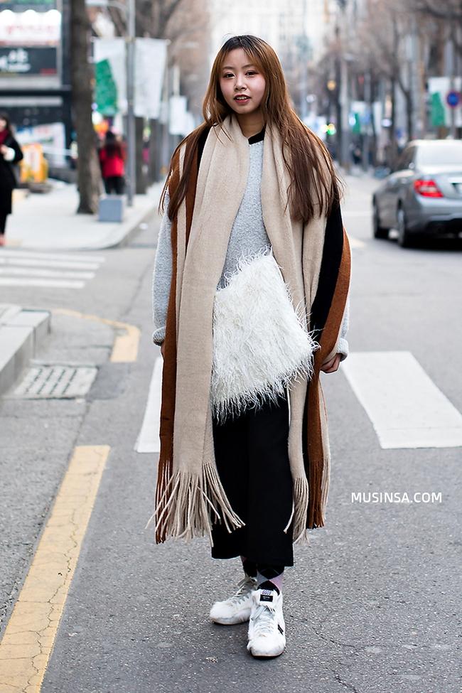 Ngắm street style thế giới, gật gù công nhận những set đồ ấm áp, thoải mái cũng có thể hút mắt hết sảy - Ảnh 5.