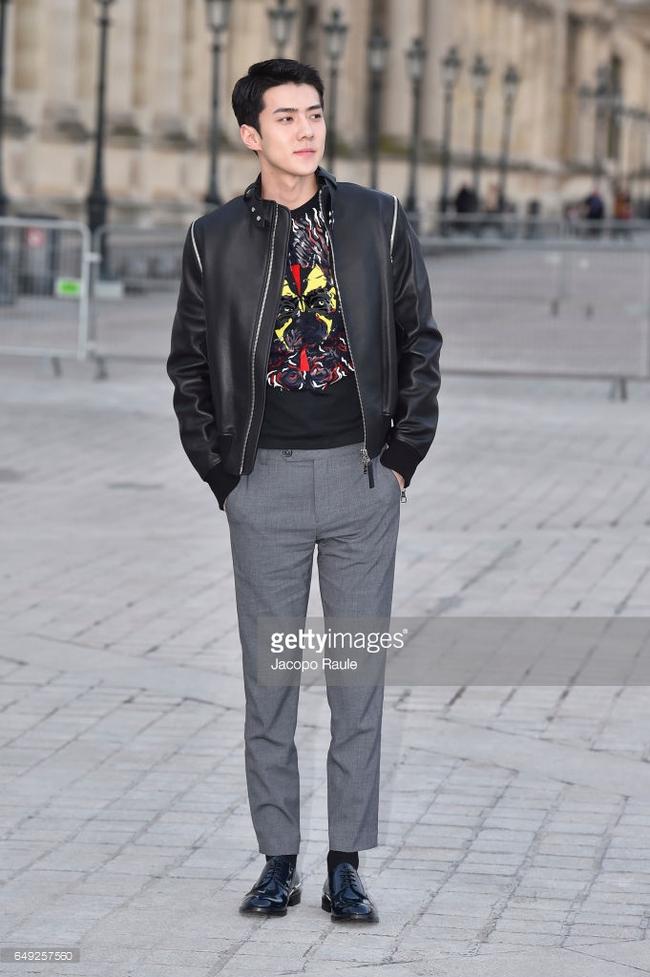 Dự show Louis Vuitton, Sehun ăn đứt Hứa Ngụy Châu về độ nam tính, được Vogue chọn là sao nam mặc đẹp nhất - Ảnh 3.