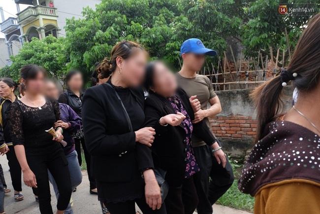 Hàng trăm người bật khóc tiễn biệt bé gái người Việt bị sát hại ở Nhật về với đất mẹ - Ảnh 4.