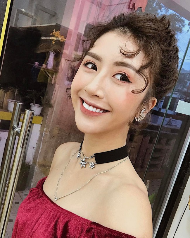 Kiểu tóc xoăn tít hot trend của Quỳnh Anh Shyn: Tạo kiểu chuẩn đã khó, giữ nó đẹp mãi còn khó hơn - Ảnh 2.
