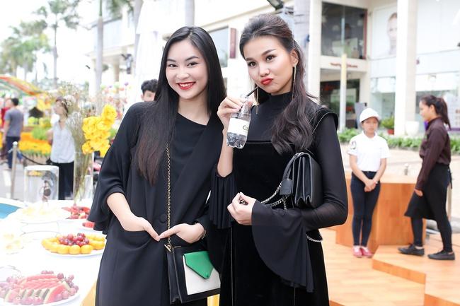 Thanh Hằng diện nguyên cây đen sang chảnh dự sự kiện ngày cuối năm