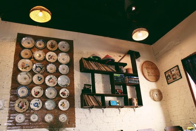 Ở ngay những khu phố Tây ồn ã, cũng có những quán cafe bình yên và xinh xắn như thế! - Ảnh 1.