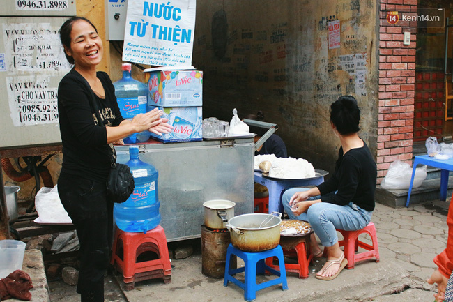 Người Hà Nội dậy sớm, xếp hàng chờ mua bánh trôi bánh chay đón Tết Hàn thực - Ảnh 7.