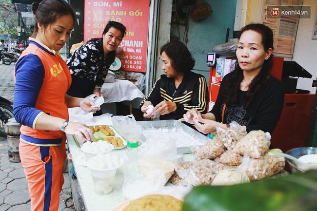 Người Hà Nội dậy sớm, xếp hàng chờ mua bánh trôi bánh chay đón Tết Hàn thực - Ảnh 11.