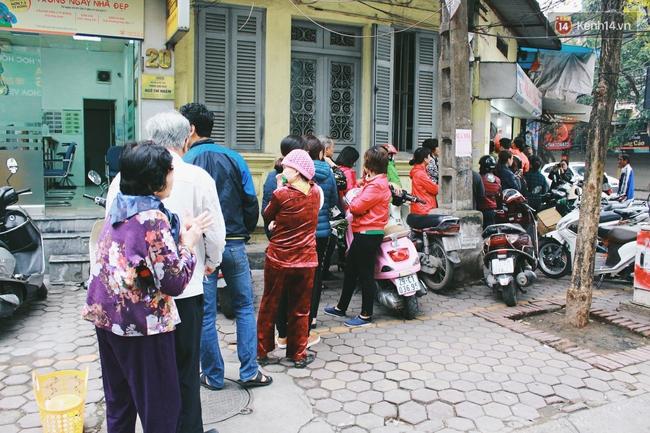 Người Hà Nội dậy sớm, xếp hàng chờ mua bánh trôi bánh chay đón Tết Hàn thực - Ảnh 1.