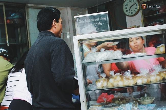 Người Hà Nội dậy sớm, xếp hàng chờ mua bánh trôi bánh chay đón Tết Hàn thực - Ảnh 4.