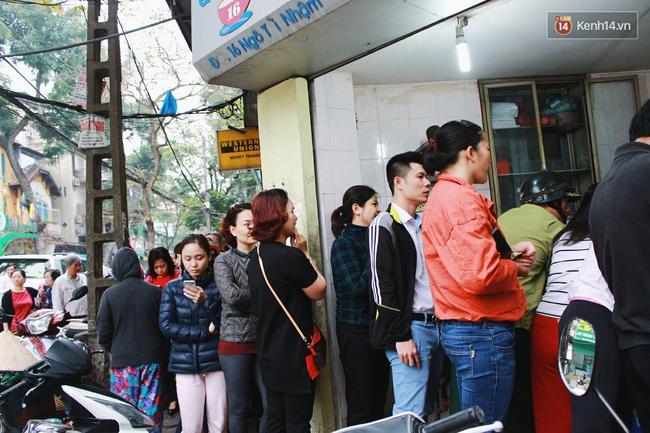 Người Hà Nội dậy sớm, xếp hàng chờ mua bánh trôi bánh chay đón Tết Hàn thực - Ảnh 12.