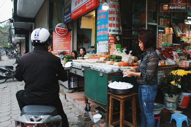 Người Hà Nội dậy sớm, xếp hàng chờ mua bánh trôi bánh chay đón Tết Hàn thực - Ảnh 6.