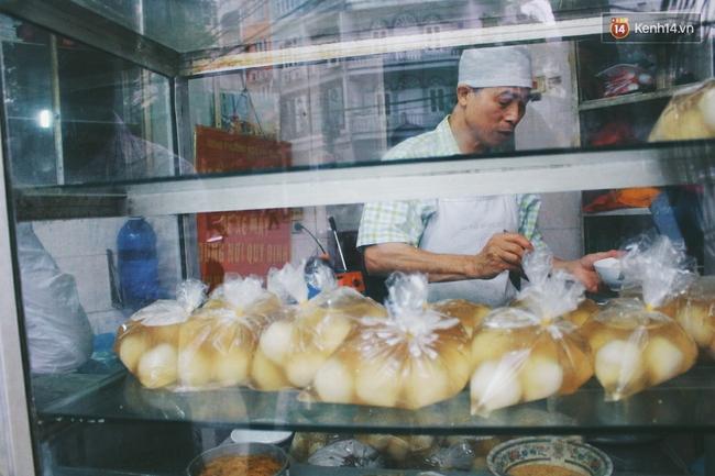 Người Hà Nội dậy sớm, xếp hàng chờ mua bánh trôi bánh chay đón Tết Hàn thực - Ảnh 2.