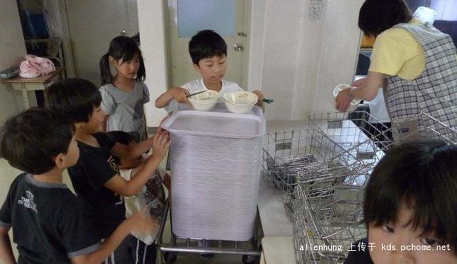 Một bữa trưa đạm bạc của trẻ em Nhật sẽ khiến nhiều người phải cảm thấy hổ thẹn, và đây là lý do 8