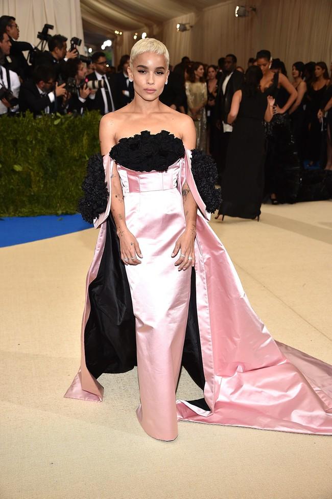 Met Gala 2017: Rihanna và Katy Perry thi nhau mặc dị, Cara Delevingne sơn bạc nguyên đầu - Ảnh 33.