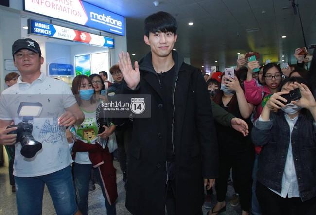 """Clip: Mỹ nam Taecyeon (2PM) nhiệt tình """"nhậu"""" đúng kiểu Việt cùng fan tại Tạ Hiện"""