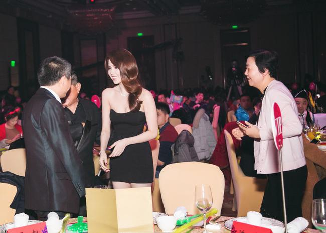 Ngọc Trinh diện đầm trễ nải ra mắt đồng nghiệp bạn trai tỷ phú Hoàng Kiều - Ảnh 5.