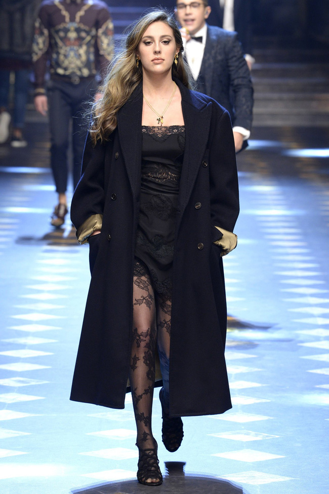 Choáng ngợp với show diễn toàn cậu ấm cô chiêu danh gia vọng tộc của Dolce&Gabbana - Ảnh 4.