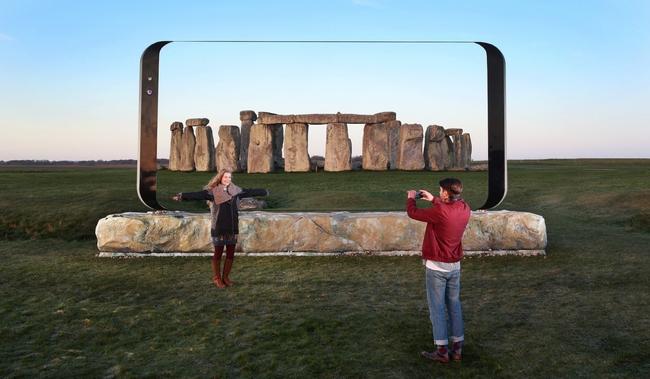 Samsung chơi trội dựng hẳn biển quảng cáo hình Galaxy S8 dài tới 7 mét - Ảnh 2.