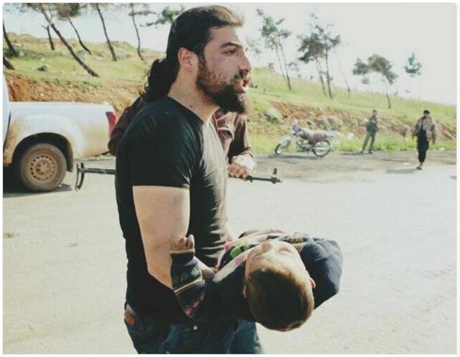 Nhà báo quỳ khóc tuyệt vọng bên em bé chết trong vụ đánh bom - Ảnh 3.