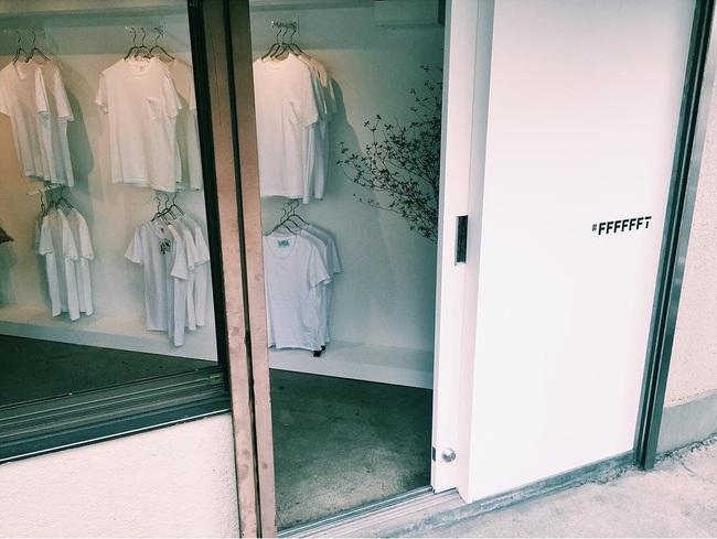 Cửa hàng chỉ bán áo phông trắng, còn chảnh tới mức chỉ mở cửa duy nhất thứ 7 nhưng luôn nườm nượp khách đến mua - Ảnh 2.
