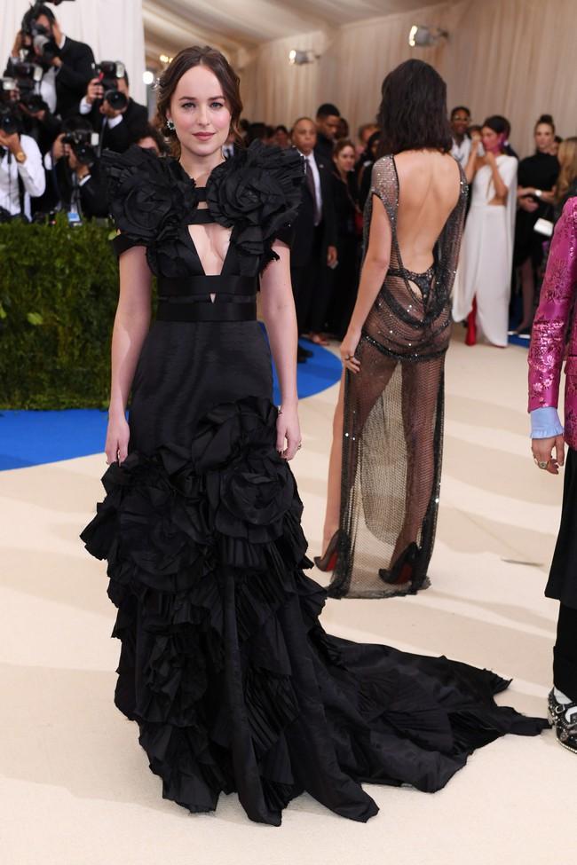 Met Gala 2017: Rihanna và Katy Perry thi nhau mặc dị, Cara Delevingne sơn bạc nguyên đầu - Ảnh 16.