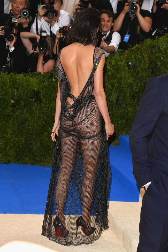 Met Gala 2017: Rihanna và Katy Perry thi nhau mặc dị, Cara Delevingne sơn bạc nguyên đầu - Ảnh 7.