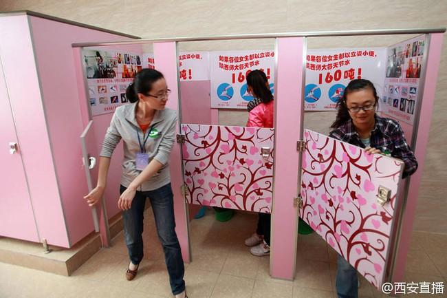 Trung Quốc: Trường Đại học yêu cầu nữ sinh đi vệ sinh đứng để tiết kiệm nước - Ảnh 4.