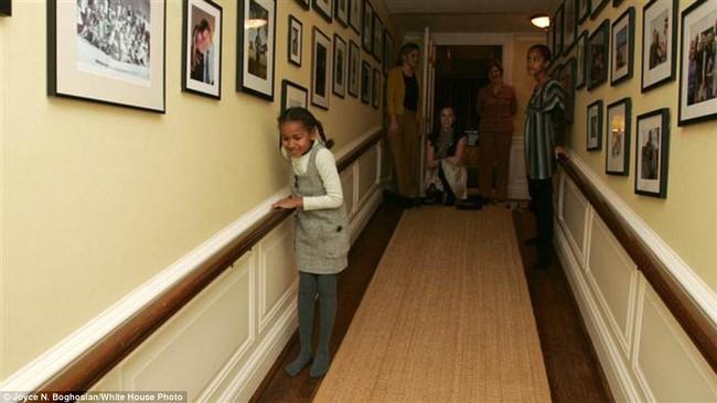 Những bức ảnh hiếm về 2 cô công chúa nhà Obama trong lần đầu đến Nhà Trắng - ảnh 4