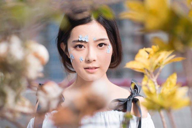 Các idol xứ Hàn tích cực sống ảo với kiểu makeup dính hoa khô, sticker lên mặt vừa xinh vừa nghệ - Ảnh 4.