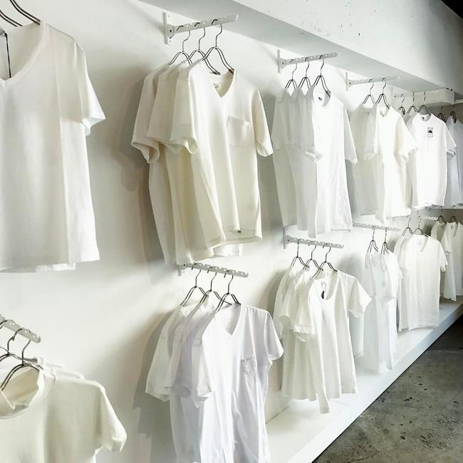 Cửa hàng chỉ bán áo phông trắng, còn chảnh tới mức chỉ mở cửa duy nhất thứ 7 nhưng luôn nườm nượp khách đến mua - Ảnh 3.