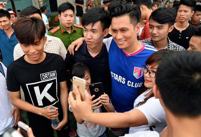 Đội bóng của cha con Phan Thị rủ nhau đi làm từ thiện - Ảnh 2.