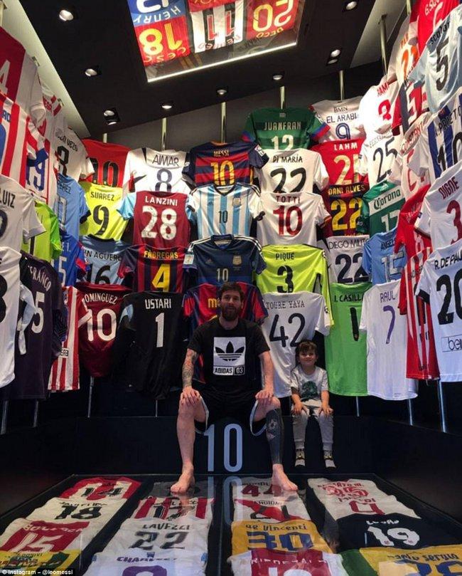 Messi khoe bộ sưu tập áo đấu, không có áo của Ronaldo - Ảnh 1.