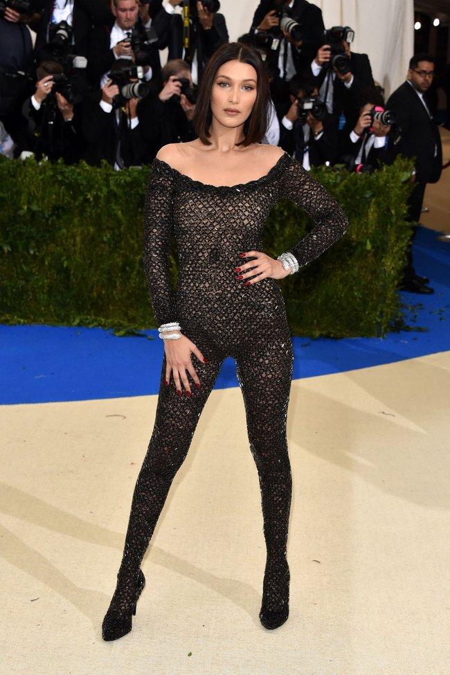 Met Gala 2017: Rihanna và Katy Perry thi nhau mặc dị, Cara Delevingne sơn bạc nguyên đầu - Ảnh 10.