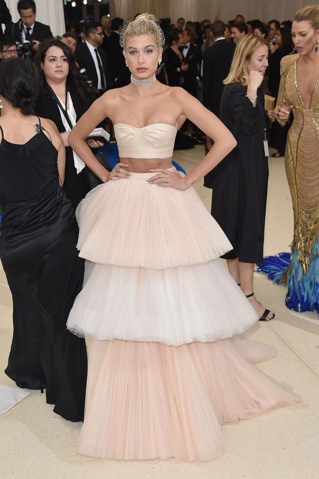 Met Gala 2017: Rihanna và Katy Perry thi nhau mặc dị, Cara Delevingne sơn bạc nguyên đầu - Ảnh 12.