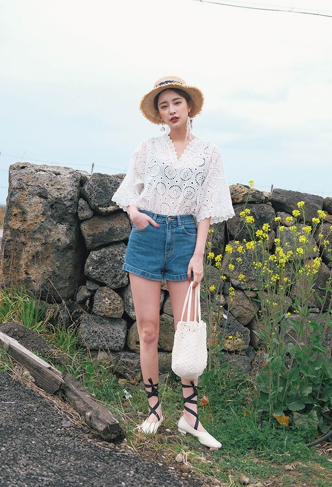 Mùa hè nhất định phải mặc jean shorts rồi, mix thế nào cũng đẹp ngất ngây thế này kia mà! - Ảnh 20.