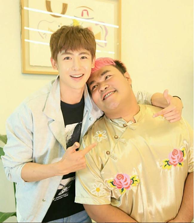 Mario Maurer, Push Puttichai và loạt trai đẹp nổi tiếng Thái Lan bị MC đồng tính cưỡng hôn? - Ảnh 1.
