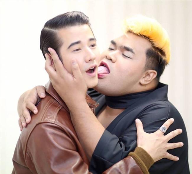 Mario Maurer, Push Puttichai và loạt trai đẹp nổi tiếng Thái Lan bị MC đồng tính cưỡng hôn? - Ảnh 3.