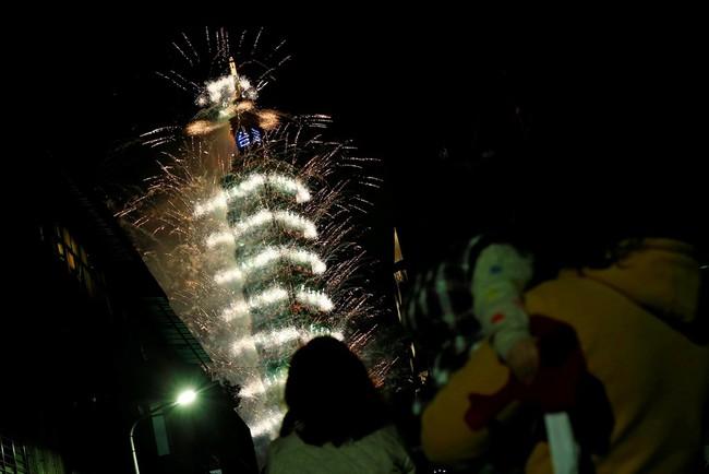 Pháo hoa rực sáng trên bầu trời các nước châu Á trong đêm giao thừa - Ảnh 9.