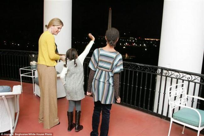 Những bức ảnh hiếm về 2 cô công chúa nhà Obama trong lần đầu đến Nhà Trắng - ảnh 5