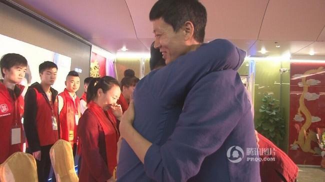 Trung Quốc: Lãnh đạo công ty tận tụy quỳ gối rửa chân cho nhân viên trong tiệc tất niên - ảnh 5