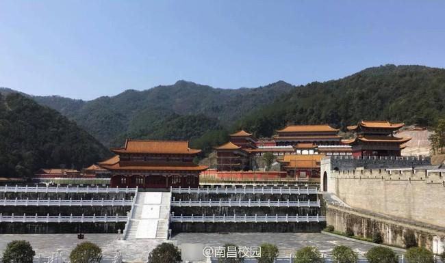 Sinh viên Trung Quốc thích thú với trường học có lối thiết kế như Hoàng cung, đi học như lên chầu - ảnh 3