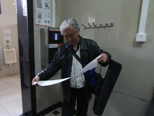 Chuyện thật như đùa ở Bắc Kinh: Lắp máy nhận diện gương mặt phát giấy vệ sinh để tránh biển thủ - Ảnh 2.