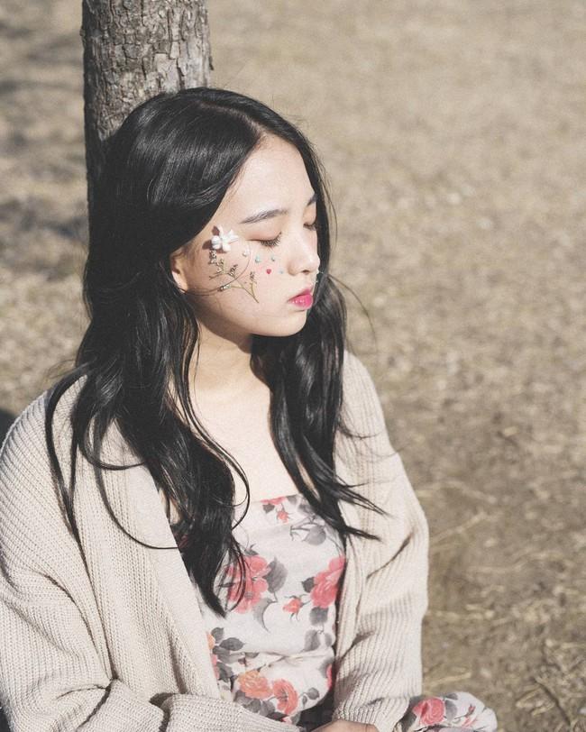 Các idol xứ Hàn tích cực sống ảo với kiểu makeup dính hoa khô, sticker lên mặt vừa xinh vừa nghệ - Ảnh 5.