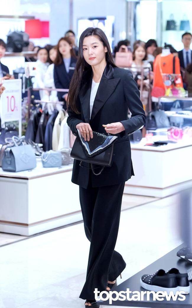 Hết gây xôn xao với nhà 650 tỉ, Jeon Ji Hyun lại xuất hiện như bà hoàng giữa dàn vệ sĩ hùng hậu - Ảnh 5.