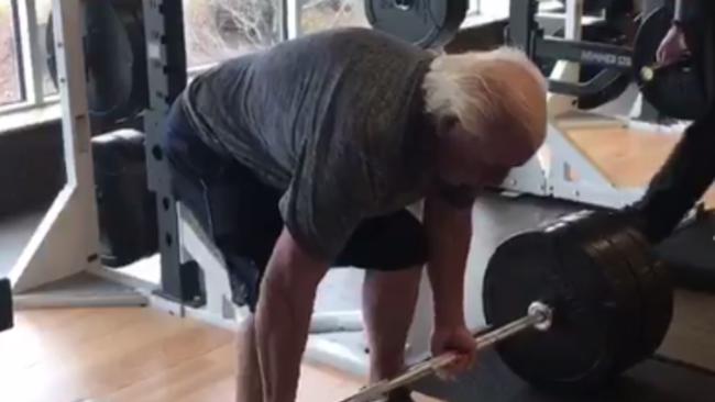 Há hốc mồm chứng kiến cảnh cụ ông 67 tuổi nâng tạ 180 kg - Ảnh 1.