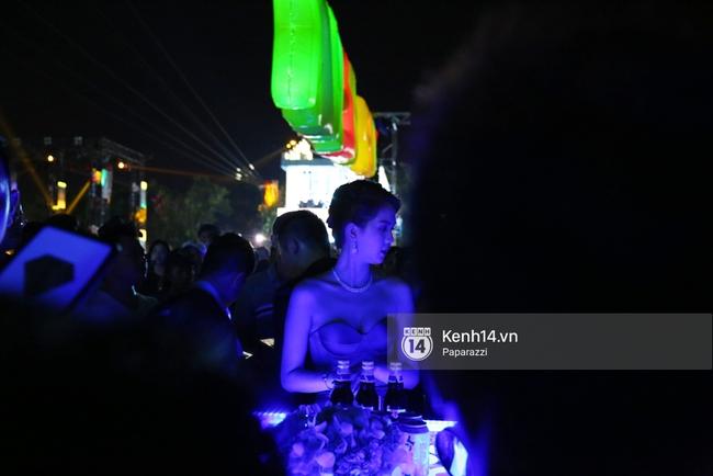 Ngọc Trinh chen chúc cùng dòng người đón năm mới, gây náo loạn một góc đường - Ảnh 6.