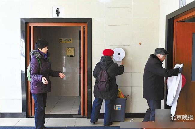 Chuyện thật như đùa ở Bắc Kinh: Lắp máy nhận diện gương mặt phát giấy vệ sinh để tránh biển thủ - Ảnh 7.