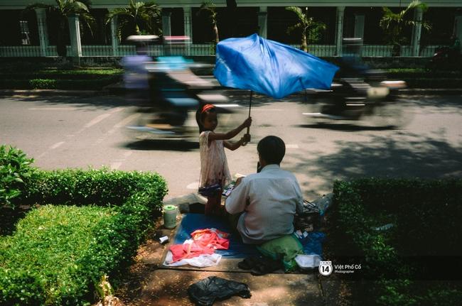 Gia đình vé số Sài Gòn: Ba mẹ ăn chuối luộc thay cơm, hai con gái không biết đến thịt cá - Ảnh 4.