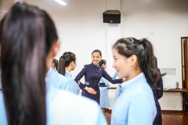 Lò đào tạo tiếp viên hàng không từ năm 16 tuổi: Đến để biết thế nào mới là một nụ cười chuẩn mực - Ảnh 12.