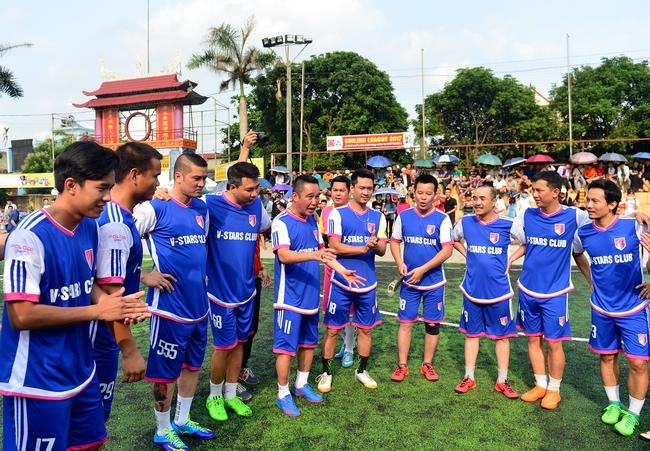 Đội bóng của cha con Phan Thị rủ nhau đi làm từ thiện - Ảnh 8.
